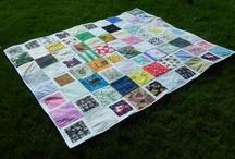 Baï jia bei / J'ai découvert une belle tradition chinoise pour célébrer l'arrivée d'un bébé, le Baï jia bei : La couverture aux 100 voeux !  Le concept est génial, il s'agit d'inviter 100 personnes à offrir chacune un morceau de tissu 20 cm X 20 cm qui seront cousus par la future maman (ou autre) pour former une couverture patchwork !  Ce morceau de tissu peut être accompagné d'une carte sur laquelle on souhaite la bienvenue au bébé et d'un échantillon du tissu envoyé.