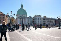 Venezia / Viaggio a Venezia. Venezia è una delle città più belle del mondo assieme alla sua laguna.E' ricca di monumenti, palazzi signorili che si affacciano su campi, rii e canali, antiche residenze delle più antiche famiglie veneziane dell'epoca d'oro della città. Molto belle sono le sue innumerevoli chiese architettoniche. Caratteristici e suggestivi sono i ponti, le stradine, i violetti. Numerosi sono i turisti, specialmente gli stranieri che vengono a visitare questa bella città.