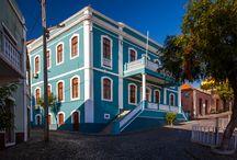 Cape Verde / Na Oceanie Atlantyckim rozciąga się Republika Wysp Zielonego Przylądka. Tworzy ją archipelag 10 wysp i 8 wysepek, które dzielą się na dwie grupy: Wyspy Zawietrzne (Ilhas de Barlavento), na które składają się: Sant Antão, São Vicente, Santa Luzia, São Nicolau, Sal i Boa Vista, oraz wyspy Nawietrzne (Ilhas de Sotavento), w których skład wchodzą: Maio, Santiago, Fogo i Brava. Każda z nich jest inna i każda jest warta poznania. http://www.itaka.pl/nasze-kierunki/wyspy-zielonego-przyladka.html