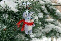 Тёплые войлочные игрушки Марина Князевой / Что может быть чудеснее ожидания новогоднего волшебства...✨ Когда всюду разноцветные фонарики, улицы убраны к празднику гирляндами, которые переливаются и сверкают; в воздухе витает запах яблок, ванили, корицы, а из каждого магазина доносятся Рождественские мелодии! Когда выбираешь самую красивую елочку, планируешь новогодний стол, покупаешь и упаковываешь подарки. Что может быть теплее таких вот по-настоящему семейных праздников?