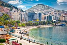Wunderschöner Balkan: Albaniens traumhafte Mittelmeerstrände / Bei Albanien denken die wenigsten Menschen an ein lohnenswertes Sommerurlaubsziel. Dabei kann das kleine Balkanland in einigen Belangen locker mit seinen Nachbarn Italien oder Kroatien mithalten. Nicht zuletzt die traumhaften Strände machen Albanien zu einem echten Geheimtipp.