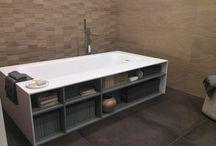 Betonlook tegels / De betonlook tegels zijn erg populair binnen de woninginrichting en geven elke ruimte een robuuste uitstraling. Een vloer met karakter! De betonlook tegels zijn de perfecte basis voor een exclusief eindresultaat van uw badkamer, toilet, keuken of woonkamer