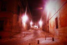 EL MADRID DE LOS AUSTRIAS / Se trata de un barrio cuyos límites no están claros. Se suele excluir y yo lo hago, el Barrio de las Letras y otras zonas que formaron parte de Madrid en la época de los Austrias.  Yo he decidido incluir dentro de este a la zona de Palacio, aledaños de Calle y Plaza Mayor y la zona que va desde esta a la calle Toledo, Carrera de San Francisco,y Bailen .