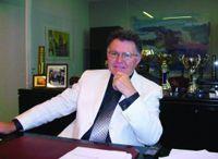 Σοφοκλης Ξυνης / Ο Σοφοκλής Ξυνής είναι πτυχιούχος του τμήματος Φυσικής του Πανεπιστημίου Αθηνών και διπλωματούχος Πολιτικός Μηχανικός του Εθνικού Μετσόβιου Πολυτεχνείου (ΕΜΠ). Είναι επίσης απόφοιτος της Σχολής Ανωτέρας Φυσικής και Φιλοσοφίας της Επιστήμης του Δημόκριτου.