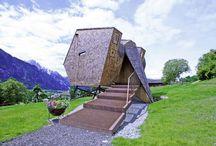 UFOGEL / UFOGEL! Bizardní název pro ještě bizardnější stavbu. Prázdninový domek navržený rakouským architektem Peterem Jungmannem působí mezi typickými stavbami v Alpské krajině trochu rozpačitě, přesto si ho mnozí zamilují!