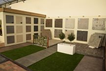 postmus - Showroom 2017 / De vernieuwde showroom is klaar voor 2017. Hierbij tonen wij in Valkenburg(zh) de nieuwste tuintrends! Keramische tegels, betonnen tegels, tuinafscheidingen, tuinverlichting, tuinmeubelen en nog veel meer. Alles is te bewonderen in onze Showroom in Valkenburg(zh)