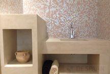 Betonlook meubels van Microcement. / Veel mogelijkheden met #microcementmeubels voor in uw badkamer als #maatwerkwastafel? woonkamer als #salontafel? winkel of kantoor? Heeft u een idee of tekening? Wij denken graag met u mee!