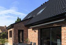 Réalisation à RENESCURE / Maison contemporaine en briques comprenant un garage et un car-port