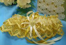 """Подвязки для невесты. / Свадебные подвязки настолько разнообразны, что всегда есть выбор.Главное, помнить, что свадебная подвязка не предмет дамского туалета, а атрибут конкурса для неженатых гостей ( """"счастливая"""") или подвязка для первой брачной ночи (""""медовая""""). Мы предлагаем для Вас подвязки ручной работы из кружева, органзы, капрона, декорированные  лентами,цветами, жемчугом, стразами, бусинами. Выполним подвязки в любом цвете и с любым декором. С Вас- желание, с нас- работа."""