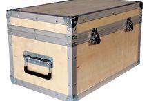 Kontrplak Çanta / Kontrplak özel tasarım taşıma çantası, dış yüzeyi kontrplak tan üretilen ve üzerinde menteşe, taşıma kulpu, kelebek kili, köpük sünger gibi aksesuarların kullanıldığı özel maksatla kullanılan ürünlerdir.