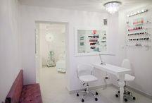 WNĘTRZE SALONU / PEŁNY WACHLARZ USŁUG KOSMETYCZNYCH: - Kosmetyka dermatologiczna - Kosmetyka anty aging - HIGH TECH - Studio kosmetyki dłoni i stóp oraz podologia - Atelier makijażu permanentnego (11 lat doświadczeń) - Facial BAR - zabiegi lunchowe - Profesjonalne makijaże - Stylizacje ślubne dla Niej i dla Niego - Sterylne przekłuwanie uszu  Zapraszam do autorskiego i niszowego centrum kosmetycznego Marta Głowacka-Oczkowska