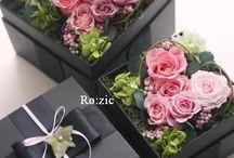 Цветы в коробках.