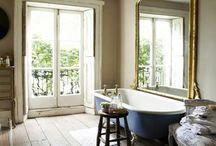 Salle de bain desing vintage / Baignoire rétro : la modernité de l'intemporel ! Baignoire rétro : allie confort et design. La baignoire ancienne devient le bijou de la salle de bain en alliant à la fois le charme authentique des années passées et la modernité des matériaux et des couleurs. La baignoire ancienne est une alternative à la baignoire à porte tant par sa solidité que par son confort. C'est pourquoi, chez Aquabains, nous vous proposons un large choix de baignoires anciennes.