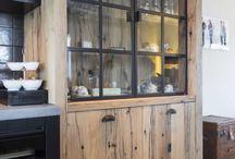 Hoog.design | Keuken / In de luxe keukens is er de mogelijkheid om gezellig met heerlijke hapjes met z'n allen samen te zitten. In deze ruimte vindt ook een de bereiding daarvan plaats. Al het eten dat dagelijks in onze maag gaat, start in de keuken met de voorbereiding. Om ervoor te zorgen dat alles goed smaakt, worden er dagelijks veel uren besteedt in de keuken. Daarom is het juist zo fijn als de keuken geheel voldoet aan de persoonlijke wensen.