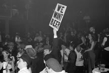 Ubisoft : Prohibition is back!  / Une nouvelle soirée de Noël pour les 1200 collaborateurs d'Ubisoft. L'objectif: trouver un thème, un lieu, une programmation mettant en valeur les salariés, tout en évitant le bling bling, so 2009. Prohibition is back! Bad boys, gangsters et pin up sont invités dans un Cotton Club très très privé. La Machine du Moulin Rouge est totalement re-décorée en club de Chicago 30's. Jeux d'argent, big band, et show burlesque: tous les ingrédients étaient là pour qu'Ubisoft passe un  Noël où le