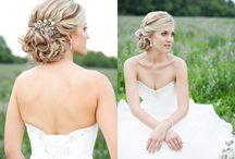 Braut - Flechtfrisuren & Blumen im Haar / Ideen für Brautfrisuren mit Blumen und geflochtenen Elementen