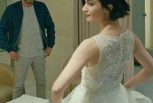 Meandry uczuć / Cesur Ve Güzel / Fabuła filmu  Dżesur (Kivanç Tatlitug) wraca do swej rodzinnej posiadłości, aby wyjaśnić, w jakich okolicznościach zginął jego ojciec. Wkrótce w jego życiu niespodziewanie pojawia się piękna Suhan (Tuba Büyüküstün) - córka Tashina Korludaga (Tamer Levent), którego obarcza odpowiedzialnością za śmierć swego ojca.