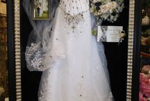 Bruk brudekjolen og pynten som decor