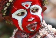 masques vivants et peintures sur le corps.