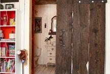 puerta corrediza de tablas de madera reciclada