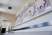 inwestycje zakończone / Szpital może kojarzyć się z harmonią i spokojem. Przyjazne wnętrza, jasne i ciepłe pomieszczenia, komfortowe łóżka i przestrzeń wypoczynku – już niebawem tak wyglądać będzie cały Szpital.   Od 2009 roku kompleksowo wyremontowane zostały: Oddział Anestezjologii i Intensywnej Terapii, Kawiarenka Szpitalna, Blok Porodowy, Oddział Noworodkowy, Oddział Ginekologiczno-Położniczy z Pododdziałem Ginekologii Onkologicznej, Oddział Urazowo-Ortopedyczny, Bonidraterski Ośrodek Zdrowia