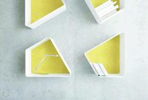 Estantería. Colección TRAP / Estantería TRAP formada por piezas trapezoidales de aluminio, iguales entre sí, que permiten multitud de combinaciones posibles. que incluirán al cliente en el proceso creativo, ya que sea él quien finalice el diseño final