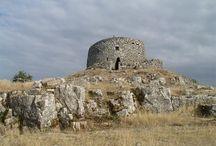 Il Monte Labbro ( 25 km ) / La sua sagoma si distingue per la forma appuntita che gli conferisce la Torre Giurisdavidica, costruita a metà dell'800 da Davide Lazzaretti