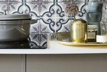 Køkken | Future / Et køkken med utallige muligheder. Et enkelt og stramt køkken med indrammede grebsfri låger. Der kan laves mange farve- og materialekombinationer. Skab dit helt eget og meget individuelle køkken.