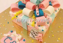 Giftbox Birthday Cake / Hediye Paketi Doğum Günü Pastası / Yoğun fıstık ve çikolata kremalı kakaolu kekten dizayn edilmiş şeker hamuru ile şekillendirilmiş tasarım pasta. Rengin Kuvvetli Konsept Kurabiye ve Pasta.