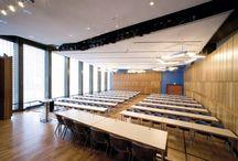 Silcher-Saal / Silcher-Saal  Eine Wand aus Glasbausteinen ist das besondere Kennzeichen des betont schlicht und sachlich gehaltenen Silcher-Saals. Bis zu 320 Gäste können die zeitlose und lichtdurchflutete Architektur geniessen.  Besonderheiten - variable Schallreflektorwände - Tageslicht - Großbildleinwand