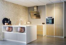 wit/hout / moderne keuken, met ingebouwde kasten