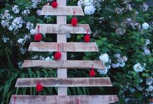 DIY Pallet Christmas Tree / DIY pallet christmas tree ideas and christmas tree pallet art for your home.