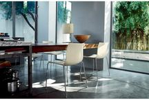 Arper / Wat maakt een zakelijke stoel of tafel nu echt bijzonder? Dat is de vraag die de basis vormt voor de collectie van designlabel Arper. De ontwerpers van dit Italiaanse merk zijn ervan overtuigd dat ieder meubelstuk als het ware opnieuw kan worden uitgevonden.