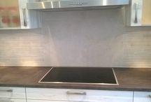 Een Wooning keuken betegeld / Een Wooning keuken betegeld met natuursteen stroken, Door Tegelzettersbedrijf J van Loenen voor M plus montage in Schiedam.