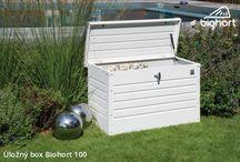 Úložné boxy Biohort / Zahradní úložné boxy jsou ideální variantou pro uskladnění veškerých předmětů, které používáme na zahradě, terase nebo na balkonu. Gril spolu s pomůckami na grilování a další předměty, jako polstry na nábytek, nebo zahradní náčiní. Díky nim budou pohodlně při ruce a připraveny k dalšímu použití. Úložné boxy s víkem zajistí jejich dokonalé uschování před deštěm. Zahradní úložné boxy jsou vyrobeny z vysoce kvalitních materiálů, které odolávají povětrnostním vlivům.