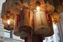 Esculturas y lamparas con libros