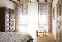 """Schlafgemächer / Das Schlafzimmer ist der Raum, in dem wir uns die längste Zeit aufhalten, ohne es bewusst wahrzunehmen. Trotzdem oder gerade deshalb hat die Gestaltung einen großen Einfluss auf´s Befinden. """"Wie man sich bettet, so ruht man"""" heisst es nicht umsonst."""