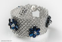 """Preciosa Pip beads / PRECIOSA Pip™ je mačkaná perlička ve tvaru melounového jadérka o velikosti 5x7 mm. Tvar Pipu nás sám inspiruje asi nejvíc k šití nejrůznějších květů a květinek, třásní a """"šupinatých"""" šperků. Nádherně se kombinuje s klasickým rokajlem, TOHO beads, Superduem či Twinem a spoustu dalšími perličkami.  PRECIOSA Pip™ můžete zakoupit zde: http://www.fajnekorale.cz/cs/299-preciosa-pip"""