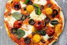 {Pizza & noch mehr Pizza Rezepte} / Ein knuspriger Boden mit leckerem Belag und gaaaanz viel Käse. So liebe ich Pizza! Aber Pizza kann viel mehr und hier sind die besten Pizza Rezepte gesammelt!