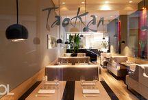 Restaurant Taokan - St Germain / Le décor de Taokan, restaurant de gastronomie chinoise, exprime l'Asie avec grâce et subtilité. Dès l'entrée, le bois clair et ses couleurs naturelles confère au lieu son atmosphère conviviale. Au-dessus des banquettes crème, dessinant l'espace, flotte un nuage de suspensions noires. Au mur, des alcôves laquées de rouge apportent de la verticalité à l'espace, accompagnant la perspective jusqu'au cœur de la salle.