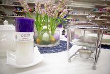 Niebieski styl / Wielkanocna stylizacja stołu łącząca w sobie klasyczny błękit oraz kolorowe dodatki w postaci kwiatów oraz świec. Stylizacja oparta jest na klasycznej białej zastawie w nowoczesnej formie oraz subtelnych dodatkach. Idealnie sprawdzi się na wielkanocne śniadanie.