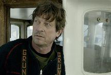 Klumpfisken / 45-årige Kristian, kaldet Kesse, er tredje generations fisker bosat i Nordjylland ved vindblæste Hirtshals. Nye tider i fiskeriet lægger pres på fiskerne, og Kesse kæmper en desperat kamp for at holde hovedet oven vande og kreditorerne for døren. Kesse tvinges derfor ud i mere lyssky metoder, som bl.a. fører til mødet med den kvindelige havbiolog Gerd fra København.