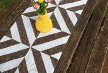 Trilhos de Patchwork Fashion Craft Ateliê / Trilhos de patchwork que podem ser usados na mesa, na cama, no aparador, para enfeitar e dar mais vida à decoração. Eles trazem mais criatividade e afeto no ato de decorar.