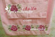 Rosas bordadas em ponto cruz na toalha de banho