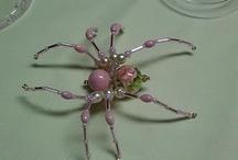 Pavouci, motýli z korálků
