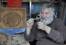 Rus asıllı Vladimir Gorovoy, Kur'an-ı Kerim'den 20 ayeti tablolaştırdı / Rus asıllı ressam, dekoratör ve tasarımcı Vladimir Gorovoy, marküteri sanatıyla uğraşıyor. Bu sanatla Kur'an-ı Kerim'den 20 ayeti tabloya aktardı.