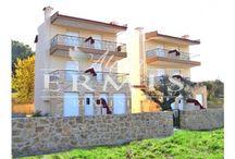 Aghios Nikolaos, Sithonia, Chalkidiki, Greece. / На  полуострове Халкидики , в одном из самых посещаемых курортных городков, с развитой  инфраструктурой, недалеко от берега, построен комплекс  таунхаусов. Таунхаусы построены таким образом, что два из них имеют общую стену, на общем  участке площадью  2800 кв.м. Строительство было закончено в 2010 году.