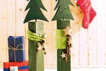 Holzpfosten mit Tannenbaum