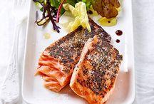 Sous-Vide / Bei der Sous-Vide-Garmethode wird Fleisch, Geflügel, Fisch oder Gemüse vakuumiert und im Wasserbad bei konstanter Temperatur gegart. Aromen können dadurch nicht entweichen und Fleisch wird besonders zart.