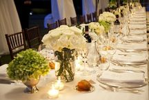 White & Green Centerpieces / Green and white arrangements can be perfect for a countryside wedding with a more sophisticated look and also for modern tablescape. Here some ideas!